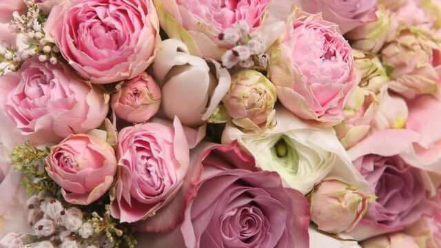 Брошенный букет цветов